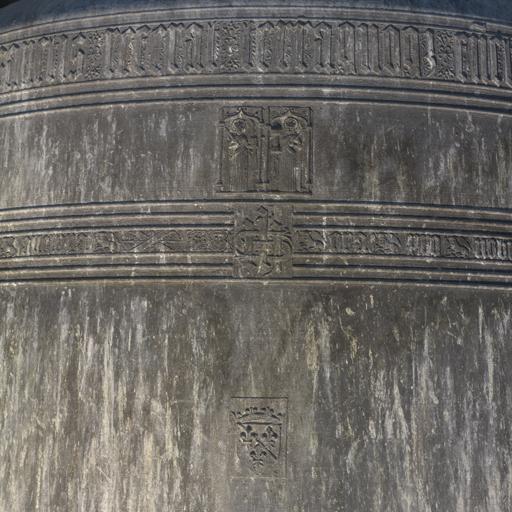 Montbrison (Loire), collégiale, puis église paroissiale Notre-Dame. Détail de la cloche Sauveterre : première ligne d'inscription ; plaquettes décoratives : sainte Catherine et sainte Barbe ; deuxième ligne d'inscription avec monogramme IHS ; armoiries