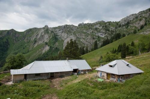 Chevaline (Haute-Savoie). Chalets du Rosay (1 590 m), vue d'ensemble (Emmanuel Breteau © Région Rhône-Alpes, Inventaire général du patrimoine culturel / Parc naturel régional du Massif des Bauges, 2012 - ADAGP)