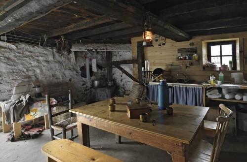 Chevaline (Haute-Savoie). Pièce de vie de l'alpage du Rosay (Éric Dessert © Région Rhône-Alpes, Inventaire général du patrimoine culturel / Parc naturel régional du Massif des Bauges, 2011 - ADAGP)