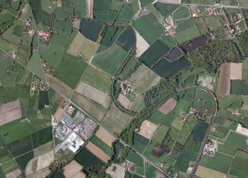 Vue aérienne de plusieurs lacets du canal du Forez circulant sur les communes ligériennes de Savigneux, Saint-Romain-le-Puy, et Précieux.