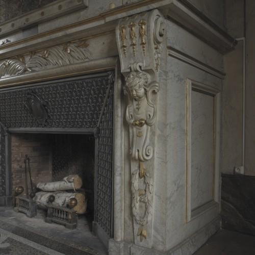Château de Vaugirard, Champdieu (Loire). Cheminée de la grande salle du premier étage, détail du manteau