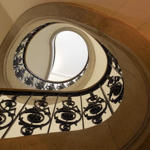 L'escalier principal : vue en contre-plongée