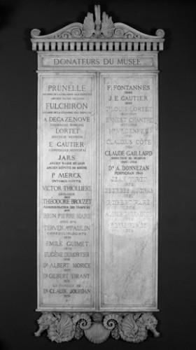 Tableau des donateurs du Musée, vue générale