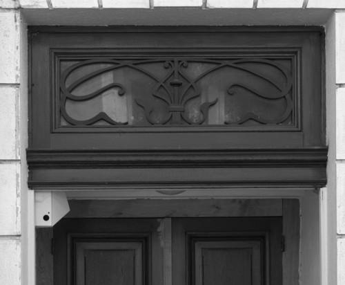 Porte latérale ouvrant sur la rue Boileau : détail du châssis de tympan