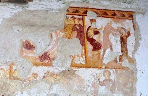 La décollation de sainte Catherine d'Alexandrie ordonnée par l'Empereur Maxence (XIIIe siècle). Photographie de Bernard Girault. Chapelle Notre-Dame-de-Pritz (Laval, 33)