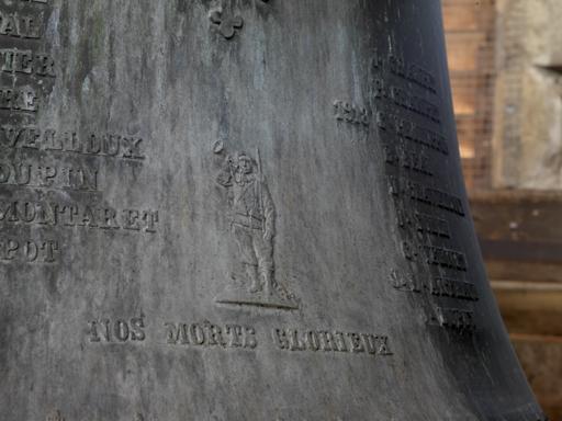 Fig. 1. Détail de la cloche Jeanne d'Arc : Poilu sonnant du clairon, liste des morts. Photo Éric Dessert © Région Rhône-Alpes, Inventaire général du patrimoine culturel, ADAGP, 2010