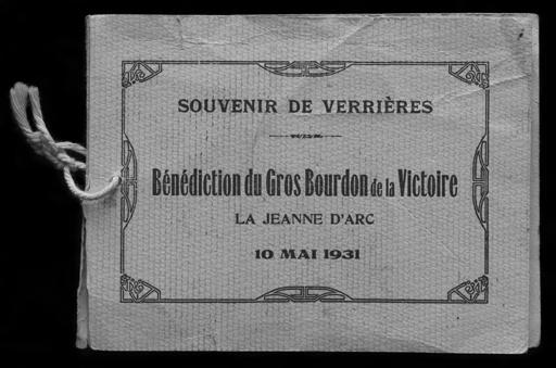 Fig. 8. SOUVENIR DE VERRIÈRES. BENEDICTION DU GROS BOURDON DE LA VICTOIRE LA JEANNE D'ARC 10 MAI 1931. Recueil de cartes postales éditées à l'occasion de la livraison de la cloche Jeanne d'Arc (1ère fonte) à Verrières-en-Forez. Livret avec couverture en papier gaufré ; cartes postales perforées et reliées par un cordonnet de coton. Repro. Thierry Leroy © Région Rhône-Alpes, Inventaire général du patrimoine culturel, ADAGP, 2014 / Coll. Part.