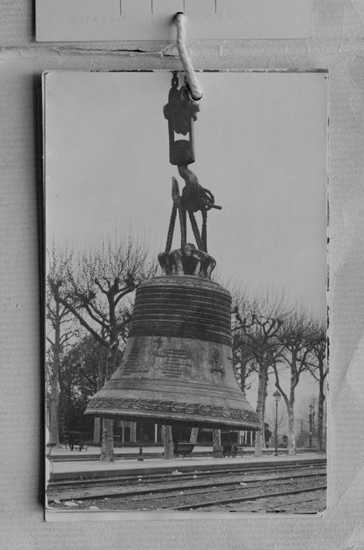 Fig. 9. Le déchargement de la cloche (1ère fonte) à la gare de Montbrison – Savigneux (carte postale, éditée dans le recueil SOUVENIR DE VERRIÈRES - BENEDICTION DU GROS BOURDON DE LA VICTOIRE / LA JEANNE D'ARC / 10 MAI 1931). Repro. Thierry Leroy © Région Rhône-Alpes, Inventaire général du patrimoine culturel, ADAGP, 2014 / Coll. Part.