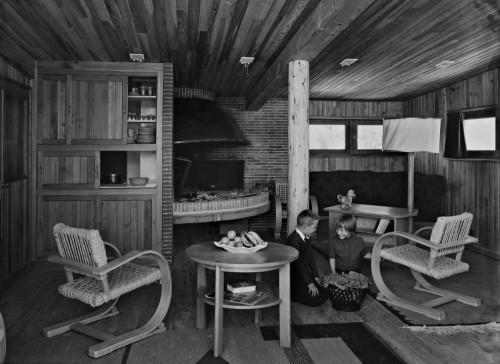 Vue intérieure de la salle commune, le passe plat, la cheminée, le coin salon et les mobiliers (1955 environ)