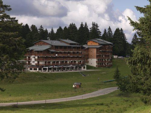 Immeubles Le Mont-Blanc et Les Belledonnes (Thierry Leroy © Région Auvergne-Rhône-Alpes, Inventaire général du patrimoine culturel © Parc naturel régional du massif des Bauges ; 2014 - ADAGP)