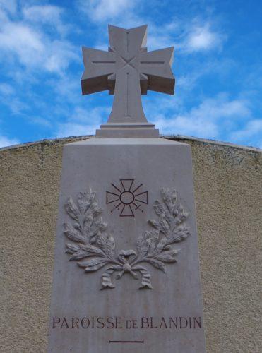Ill. 4. Détail de la partie supérieure du monument aux morts de Blandin