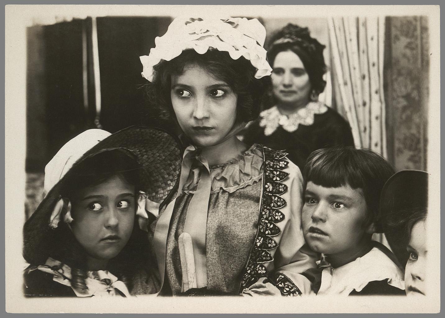 Chester Franklin, A sister of six. L'aînée en charge des petits.