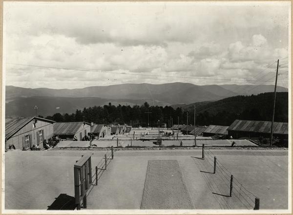 Vue d'ensemble des baraquements, depuis le haut des gradins, après 1945 (fonds Denkmalarchiv).