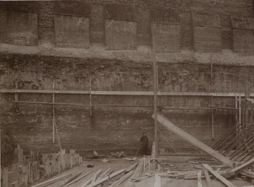 Partie sud-est de l'enceinte épiscopale découverte lors de la construction de l'église Sainte-Madeleine à Strasbourg. Auteur ; Jules Manias, 1909 (Denkmalarchiv, DRAC Alsace)