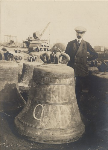 Cloche de Didenheim photographiée au dépôt de Francfort-sur-le-Main. S.n., 1917 (Denkmalarchiv, DRAC Alsace)