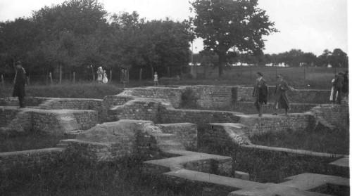 Visite du site gallo-romain de Mackwiller par l'assemblée générale de la SCMHA, le 7 juin 1934. Archives Musée archéologique de Strasbourg.