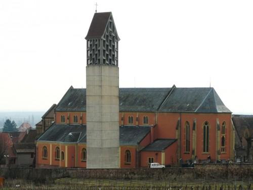 Église de Pfaffenheim avec le clocher reconstruit par Bertrand Monnet (DRAC Alsace)