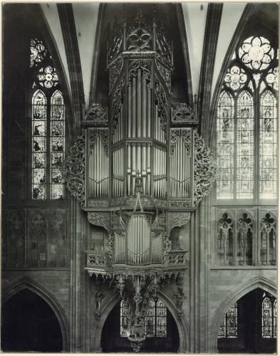 L'orgue reconstruit par Heinrich Koulen en 1897, avec ses tuyaux de façade repolis et brillants. Cliché : Jules Manias et Cie (Denkmalarchiv, DRAC Alsace)