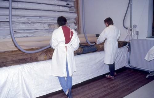 Nettoyage de la tapisserie par aspiration (Manufacture royale de tapisseries De Wit)