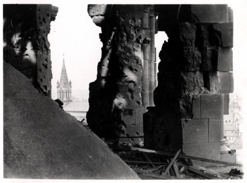 Tour de croisée de la cathédrale après le bombardement de 1944 : détail des dégâts (Denkmalarchiv, DRAC Alsace)