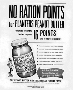 "Fig.26. ""No ration point for Planters Peanut Butter"". Publicité pour  Planters Peanut Butter. Philadelphia Bulletin, 7 décembre 1943. J. Walter Thompson Company. 35mm Microfilm Proofs 1906-1960 and undated. Reel 60. Planters Nuts & Chocolate Co. (1943-1944). La publicité fait explicitement allusion à la guerre et au rationnement pour démontrer l'avantage comparatif du beurre de cacahouète par rapport à des produits rationnés comme le beurre d'origine laitière (creamy butter) ou même la margarine."