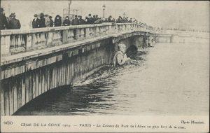 Le Zouave du Pont de l'Alma au plus fort de la crue (ELD 1924)