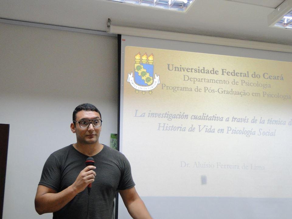 """Profesor Aluísio Ferreira de Lima [UFC-BR] dictando la conferencia """" """"La investigación cualitativa a través de la técnica de Historia de Vida en Psicología Social"""""""