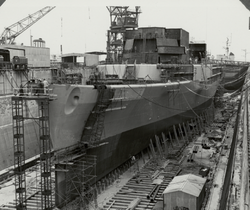 Une photographie en noir et blanc de La Résolue sous construction dans un chantier à Brest, le 4 septembre 1961.