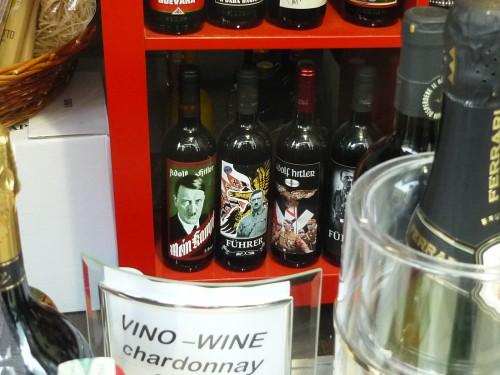 Hitler-Wein im Schaufenster eines Geschäfts in Udine, Italien 2014
