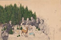 Des personnages du début du siècle dernier sont représentés autour d'une table Au fond une forêt, sur la table se trouve un cerf