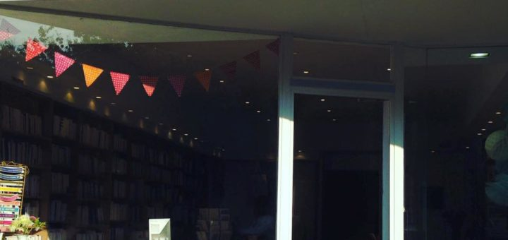 Photographie de la façade de la librairie Dialogues Théâtre.