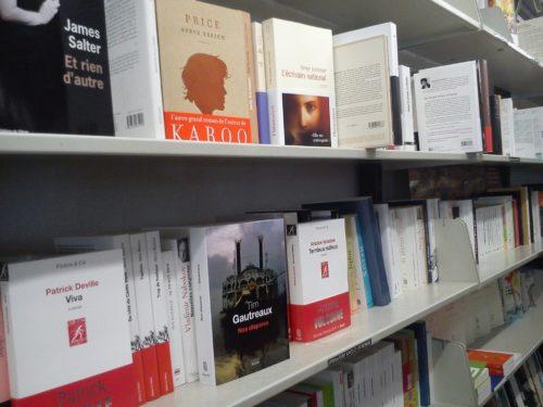 Photographie du rayon littérature anglo-saxonne de la Librairie Prado Paradis à Marseille. Source : page Facebook de la librairie.