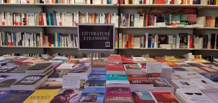 Table de littérature étrangère de la librairie Prado Paradis à Marseille