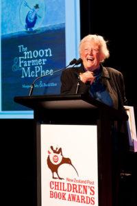Photographie de Margaret Mahy qui reçoit le New Zealand Post Choldren's Book Awards en 2011 pour sonr livre The moon & Farmer MacPhee