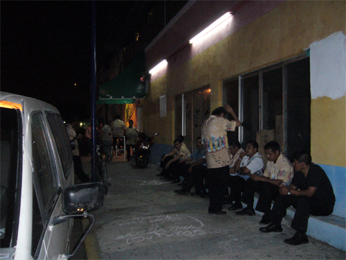 """Un groupe de  """"musique tropicale"""" attendant son tour devant la discothèque Matecoco"""