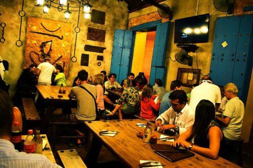 Taverne cubaine à l'ambiance chaleureuse.