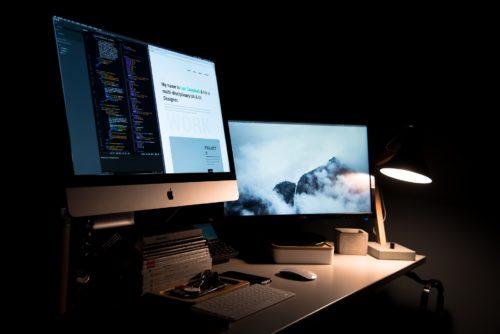 Photo d'un écran d'ordinateur sur un bureau