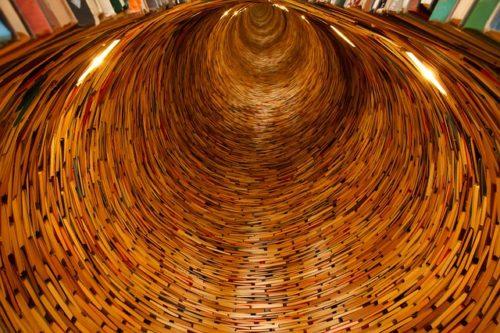 Image d'un tunnel fait de tranches d'ouvrages reliés