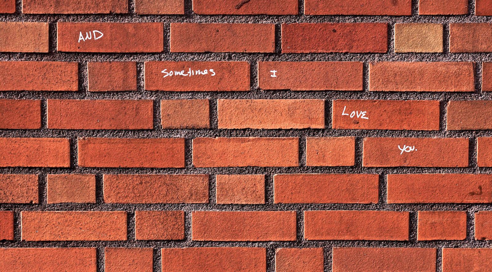 Mauer mit Ziegeln