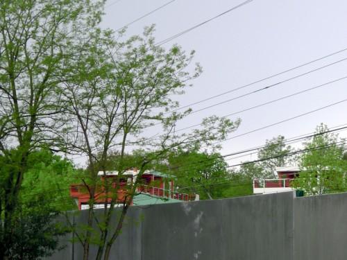 Depuis Arago, on aperçoit la Cité Fruges, de l'autre côté de la vie ferrée