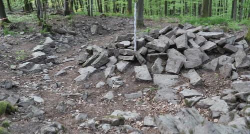 Carrière du Streitwald : Front de taille (à gauche) et stock de pierres