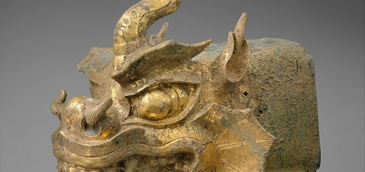 Rafter finial in the shape of a dragon's head and wind chime금동 용머리 모양 처마 끝 장식과 작은 종 고려 金銅龍頭吐首風鐸 高麗. Early Goryeo period (918–1392), 10th century, gilt bronze. Finial: L. 39.4 cm; H. 29.8 cm; W. 22.9 cm © The Met.