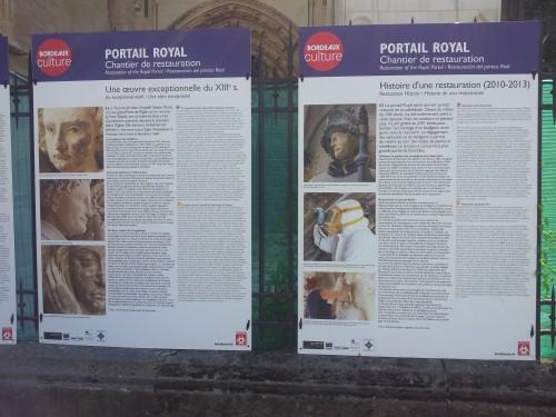 Panneau de présentation des travaux de restauration actuellement menés sur le Portail Royal de la cathédrale de Bordeaux. Cliché ©Jessica de Bideran, 2013.