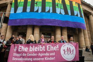 """Demonstrant_innen der """"Demo für Alle"""" vor einer Kunstaktion der Oper Stuttgart für (sexuelle) Vielfalt"""