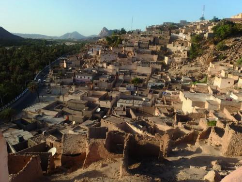 Vue du Ksar El Mihan vers Ksar Zelouaz se trouvant au pied de la montagne Timbeur (en arrière-plan). © Photo de l'auteur.
