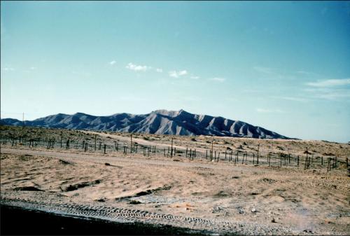 Photo ECPAD. La ligne Morice, barrage électrifié destiné à empêcher les incursions d'armes et d'indépendantistes algériens en provenance de Tunisie. Décembre 1959-Février 1961. Photographe: Faré.