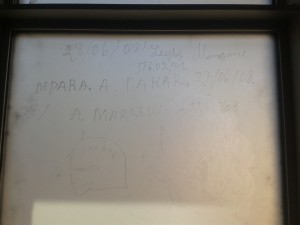 Les fenêtres de la cellule, elles, n'ont pas été repeintes (inscription datant de 2008) © Sarah Przybyl, juillet 2014