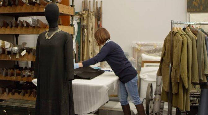 Suivez la robe de deuil dans son voyage du Musée de la Grande Guerre de Meaux à Bibliothèque Forney pour l'exposition «Mode et Femmes, 14-18».