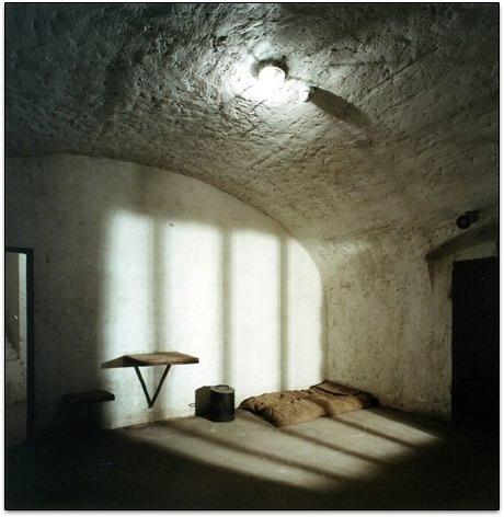 Cellule Cave. Les objets utilisés sont des reproductions