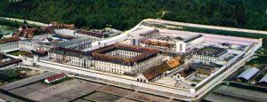 Au premier plan, le grand cloître vidé de ses détenus en 1971; derrière, les « barres d'immeubles » en construction: photographie, collection particulière.